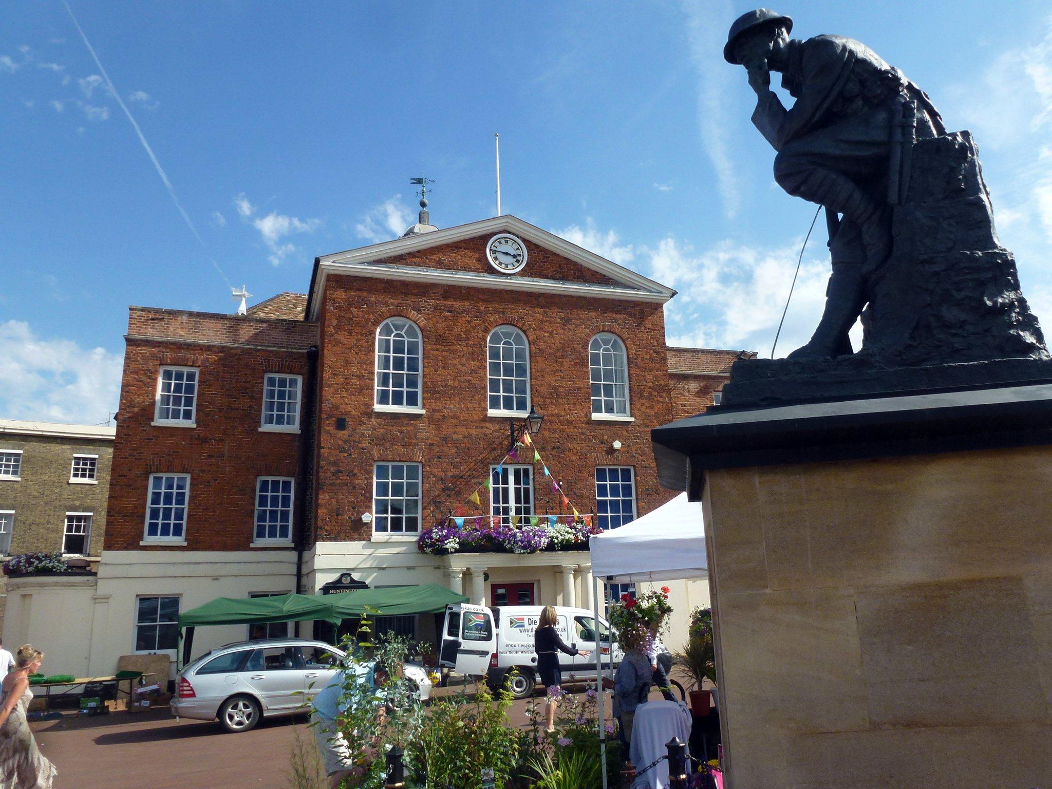 Cmglee_Huntingdon_town_hall_war_memorial